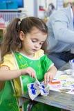 Het schilderen in Kinderdagverblijf stock afbeelding