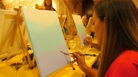 Het schilderen klasse het ontspannen en leert hoe te op canvas te schilderen stock videobeelden