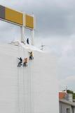 Het schilderen kleuren op de muur van de bouw Stock Foto