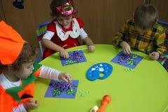 Het schilderen in kleuterschool Royalty-vrije Stock Foto's