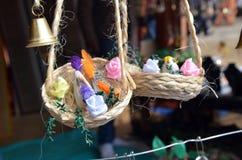 Het schilderen, kunst, het wilde leven, vogels, kunstmatige vogels, decoratie, ambachtmarkt, handelsbeurs, juwelen, kunstmatige j Stock Afbeeldingen