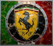 Het schilderen met het embleem van Ferrari door Duitse kunstenaar Ferencz Olivier Stock Afbeeldingen
