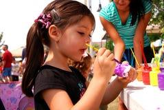 Het schilderen met kleuren op Aarde Fest Royalty-vrije Stock Foto