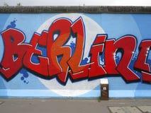 Het schilderen op de muur van Berlijn bij het ZijAlbum van het Oosten Stock Fotografie