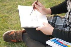Het schilderen op het gras Royalty-vrije Stock Fotografie
