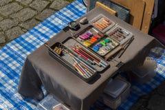 Het schilderen reeks gebruikte krijtkleuren met kleurenpotloden stock afbeeldingen