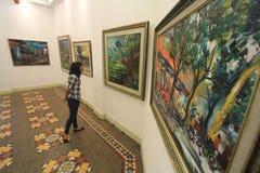 Het schilderen tentoonstelling die het verhaal van de geboortestad vertelt stock fotografie