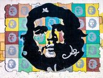 Het schilderen van Che Guevara op een muur in Havana Stock Foto's