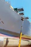 Het schilderen van de arbeider van het schip Stock Foto's