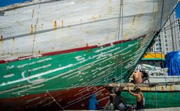 Het schilderen van de boot in de haven van Sunda Kelapa, Djakarta Indonesië stock afbeelding