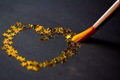 Het schilderen van de borstel hart dat van sterren op zwarte wordt gemaakt Royalty-vrije Stock Fotografie