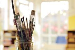 Het schilderen van de Borstels van de Kunst in de Kruik Stock Afbeelding
