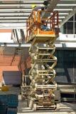 Het Schilderen van de bouwvakker Straal die Lift met behulp van Stock Fotografie