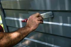 Het schilderen van de garagedeur stock foto's