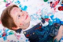 Het schilderen van de jongen stock foto