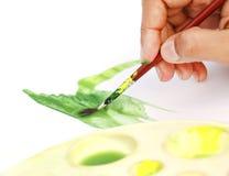 Het schilderen van de kunstenaar met verfborstel Stock Fotografie