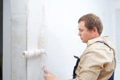 Het schilderen van de mens muur Stock Foto's