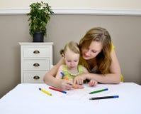 Het schilderen van de moeder en van het kind Stock Fotografie