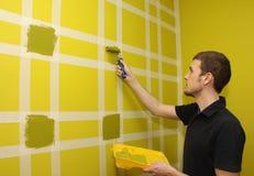 Het schilderen van de muur stock afbeeldingen