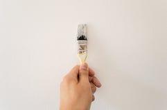 Het schilderen van de muur met borstel royalty-vrije stock afbeelding