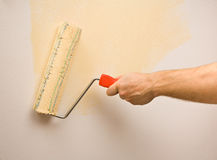 Het schilderen van de muur met rol Royalty-vrije Stock Afbeeldingen