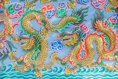Het schilderen van draak op de muur in Chinese tempel Stock Afbeelding