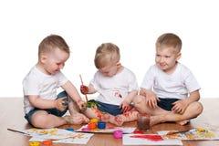 Het schilderen van drie jongens Stock Fotografie