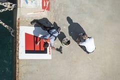 Het schilderen van een aanleggend punt in Katakolon-Haven Royalty-vrije Stock Foto