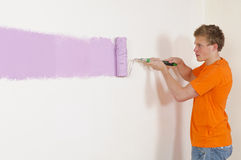 Het schilderen van een muur met verfrol Royalty-vrije Stock Foto