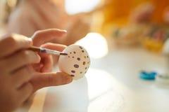 Het schilderen van Eieren voor Pasen-Close-up royalty-vrije stock foto