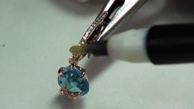 Het schilderen van gemmenzuur in juwelen stock videobeelden