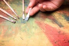 Het schilderen van het abstracte schilderen met penselen Royalty-vrije Stock Fotografie