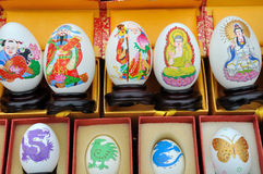 Het schilderen van het ei bij diverse cultuur visualiseert Stock Fotografie