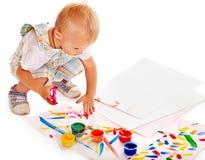 Het schilderen van het kind door vingerverf. Stock Foto's