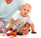 Het schilderen van het kind door vingerverf. Stock Foto