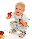 Het schilderen van het kind door vingerverf. Stock Afbeeldingen