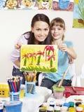 Het schilderen van het kind in kleuterschool. Stock Afbeelding