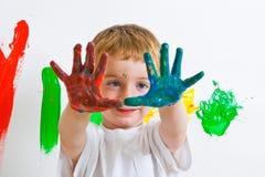 Het schilderen van het kind met slordige handen Stock Afbeeldingen