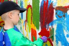 Het schilderen van het kind muur Stock Foto's