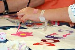 Het schilderen van het kind in pediatrie Royalty-vrije Stock Afbeeldingen