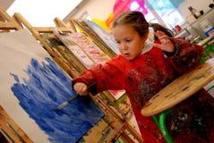 Het schilderen van het meisje met een borstel Stock Fotografie