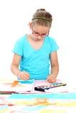 Het schilderen van het schoolkind met waterverf Stock Afbeeldingen