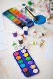 Het schilderen van hulpmiddelen op Witboek Stock Foto