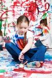 Het schilderen van jonge geitjes Stock Fotografie