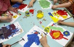 Het schilderen van kinderen Stock Afbeeldingen