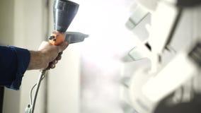 Het schilderen van metaaldelen in de verfwinkel stock video