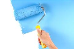 Het schilderen van muur met rol Stock Foto's