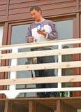 Het schilderen van nieuw balkon op een modern huis. stock fotografie