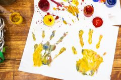 Het schilderen van paaseieren in verschillende kleuren royalty-vrije stock afbeeldingen