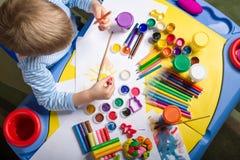 Het schilderen van weinig jongen Royalty-vrije Stock Fotografie